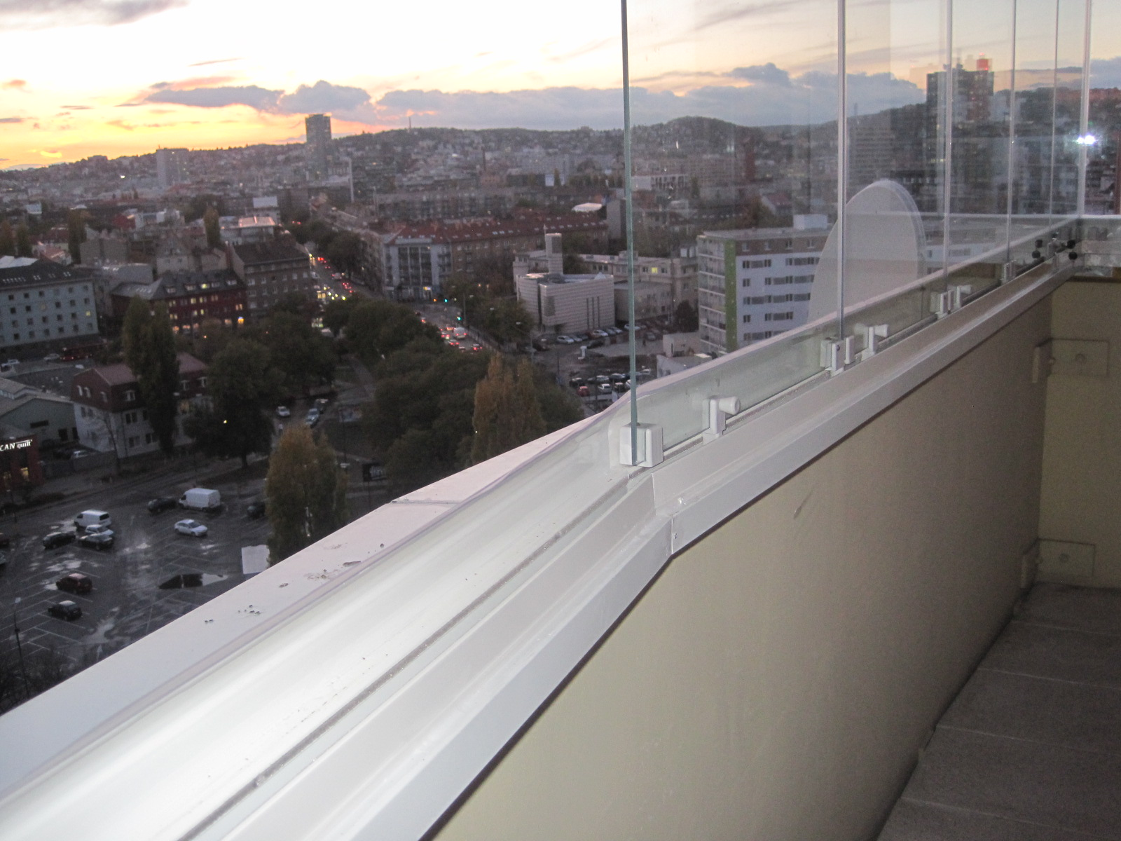 Balkonverglasung rahmenloses drehsystem aluvista bratislava ruzinov pifema s r o - Trennwand schiebesystem ...